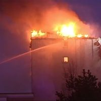 Det finns en risk att branden sprider sig nedåt i huset, men det finns inga uppgifter om att någon människa har kommit till skada.