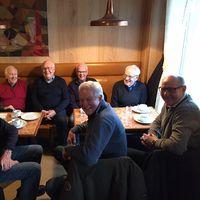 De träffas på torsdagar för att fika tillsammans. På stolar från vänster: Nils Lindell, Hans Wennstrand och Lars-Olof Olsson. Bakre raden: Lennart Lindqvist, Görgen Åkerlind, Åke Hugosson och Mats Lindberg.