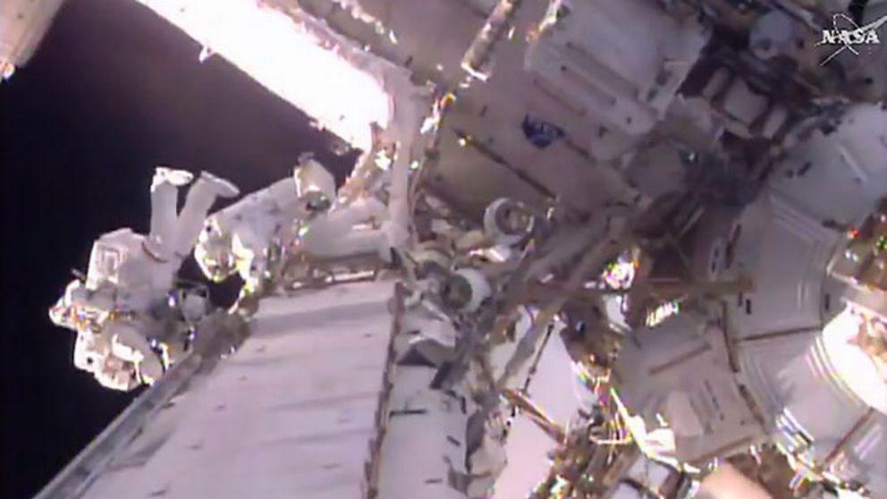 Shane Kimborugh från NASA och Thomas Pesquet från ESA, på rymdpromenad