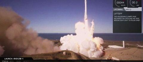En Falcon 9-raket har skjutits upp av det amerikanska rymdbolaget SpaceX från flygbasen Vandenberg i Kalifornien.