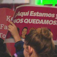 """Papperslösa i USA demonstrerar. Texten på spanska betyder """"Vi är här och vi stannar""""."""