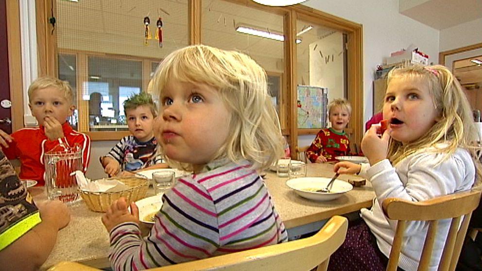 Barnen får inte längre gurka, tomat och ägg till mellanmål.