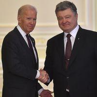 USA:s vicepresident och Ukrainas president Petro Porosjenko skakar hand efter sin gemensamma presskonferens i Kiev 16 januari.