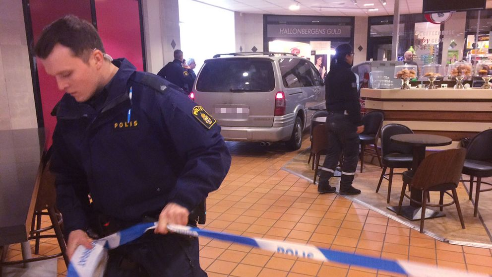 Polis spärrar av utanför den utsatta guldbutiken.