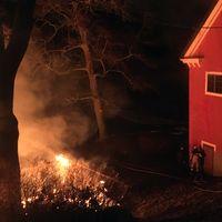 Ett byggnad vid mejeriet i Karlslund brinner. Räddningstjänsten är på plats och släcker.