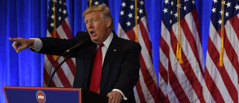 Donald Trump under den första presskonferensen.