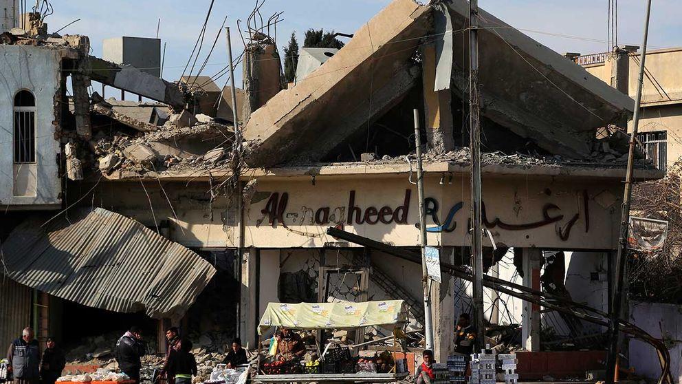 Försäljare ställer ut sina varor i en del av östra Mosul som nyligen befriats från terrorgruppen IS.