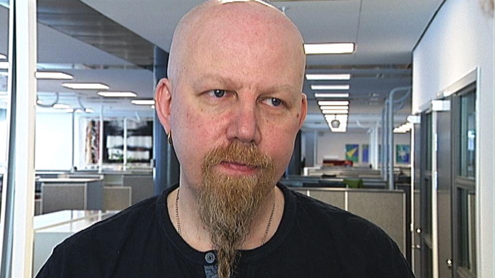 Daniel Nordström står framför kameran och blir intervjuad