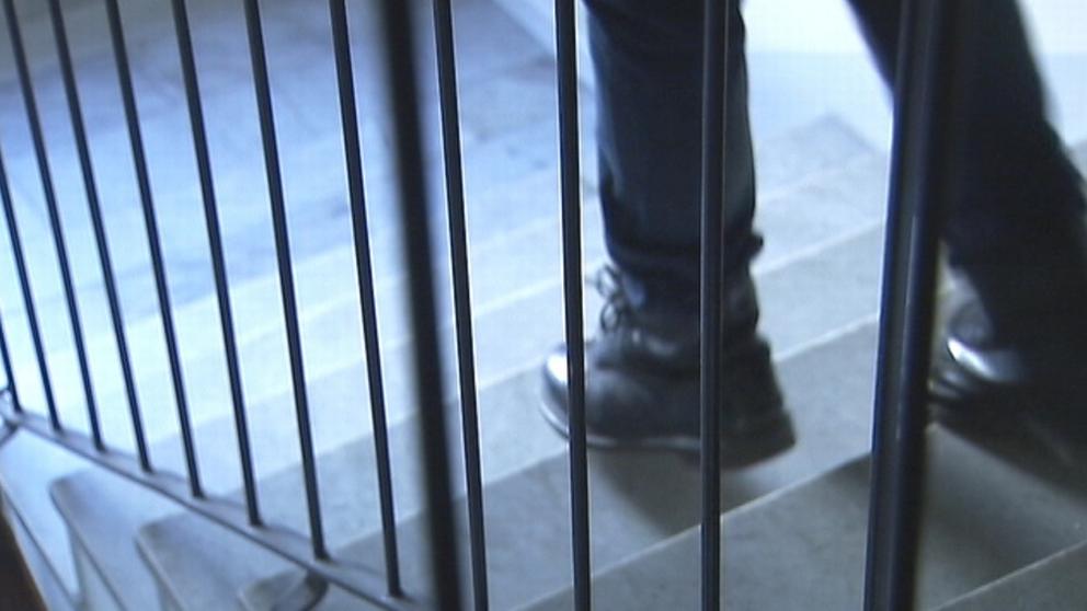 Anonym bild med fötter som går i en trappupgång
