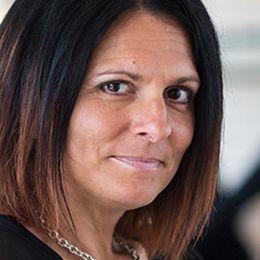 Frida Stranne är doktor i freds- och utvecklingsforskning och lektor i statsvetenskap vid Högskolan i Halmstad. Hon har undervisat i många år i internationella relationer och internationell politik med särskilt fokus på amerikansk in- och utrikespolitik. Hon är sedan hösten 2015 knuten till Svenska institutet för nordamerikastudier (SINAS) vid Uppsala universitet som gästforskare och gästlärare.  Frida Stranne var gästforskare vid American University i Washington DC 2013–2014 och följde då den politiska aktiviteten i Washington på nära håll och genomförde en lång rad intervjuer med olika nyckelpersoner.  Under 2012 års presidentval var Frida Stranne en del av Svenska Dagbladets expertpanel och hon har därefter regelbundet skrivit debattartiklar och medverkat i tv, radio och tidningar där hon kommenterar frågor som rör amerikansk politik. Frida Stranne har även författat artiklar och medverkat i flera böcker inom området.