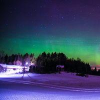 Lite norrsken vid en stuga och vid en gård. Bilderna är fotograferade utanför Vännäs i Västerbotten.