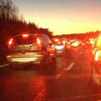 Flera bilar har krockat på riksväg 40 mellan Ulricehamnstunneln och Hökerumsmotet, väster om Ulricehamn.