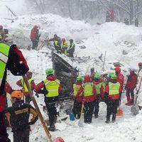 Räddningsarbetere letar överlevande efter lavinolyckan i Italien