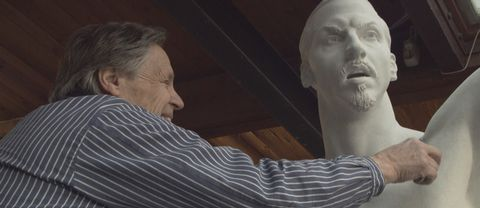 Peter Linde skapar Zlatan-statyn