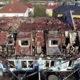 flygbild över eldhärjade lägenheter.