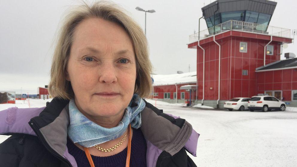 kvinna framför flygledartorn