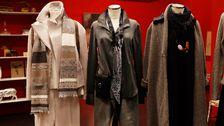 Docka 2: Skjorta, Hunky Dory. Jeans, HM. Sammets halsduk, HM. Stövletter, HOPE. Väska, Lindex.
