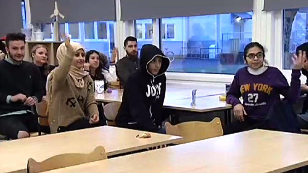 Mentorer från Högskolan i Halmstad hjälper unga flyktingar på Östergårdsskolan.