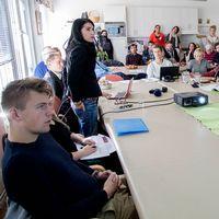 Skolungdomar i en lektionssal.
