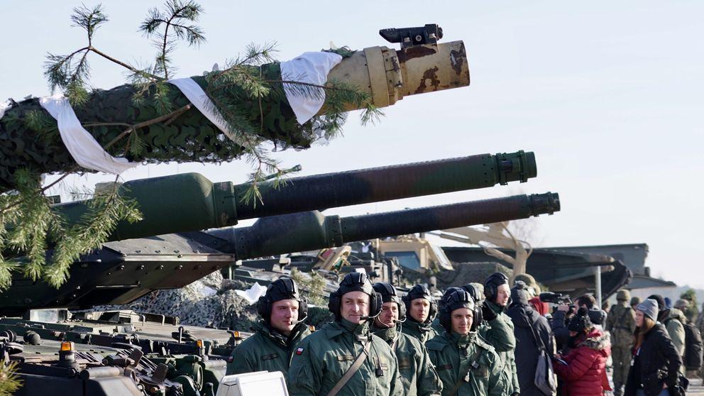 Polsk militär uppställd framför stridsvagnar vid basen i Zagan, västra Polen.