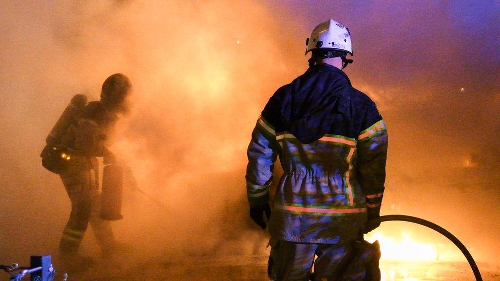 Brandmän släckar eld