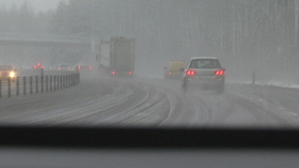 Rejält blött på vägarna utanför Jönköping i samband med blötsnö den 11 januari.