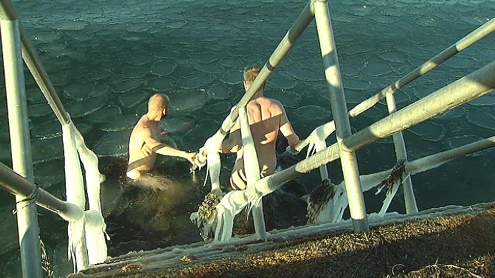 Samuli Örströmmer och Mats Andersson i Malmö tog ett trettondagsdopp i kylan den 6 januari.