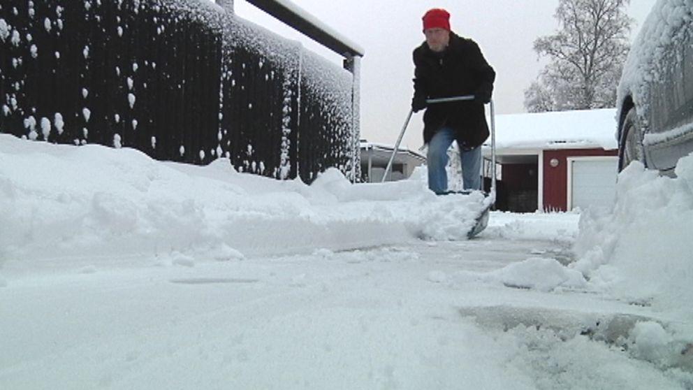 Lars Olsson i Umeå, och många med honom, kämpande med de blöta snömassorna som föll över främst Västerbotten den 11-12 januari.