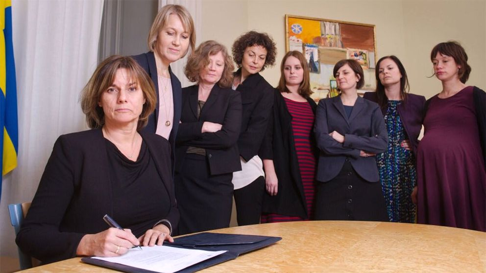 Isabella Lövin signerar förslag till ny klimatavtal i en bild som tydligt ger en känga till Trumps undertecknande av finansieringsstopp till abortorganisationer.