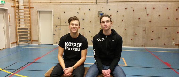 Filip Malm-Bägén och Simon Forsberg laddar för parkourträning.