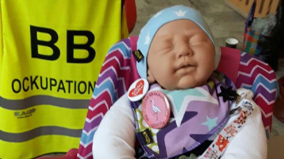 Gudrun Svea Ådalia – så heter den baby som föddes på Sollefteå BB den 1 februari i år. Nu ska hon ut på resa och inte återvända förrän politikerna beslutar att öppna BB igen.