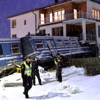 Ett tåg körde in i ett bostadshus i Saltsjöbaden 2013. Nu har tågoperatören Arriva fått en företagsbot på 500 000 kronor för arbetsmiljöbrott. Arkivbild.