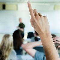 Uppräckt hand i klassrum