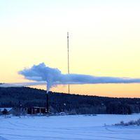 Överkalix, 16/1 2017 kl 14:03. En dag med skiktad kyla. -20 grader i dalgången Kalix älv och ca. 8 minusgrader några tiotal meter högre upp vilket gjorde att röken lagt sig som ett lock i gränsen till den milda luften.