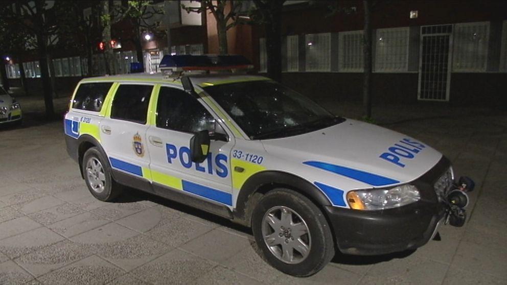 Mellan 20 och 30 personer attackerade under fredagskvällen en polispatrull i Rinkeby. Tre personer har anhållits misstänkta för bland annat våldsamt upplopp.