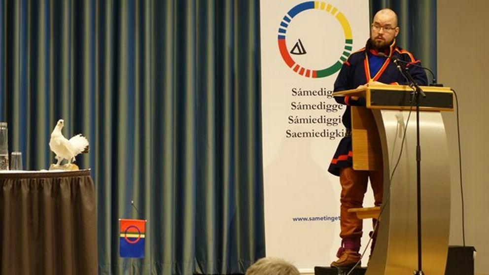 man i samisk dräkt i talarstol