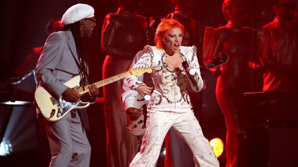 """Lady Gaga genomförde en hyllning till den döde sångaren David Bowie, som vann fyra kategorier för sitt album """"Blackstar""""."""