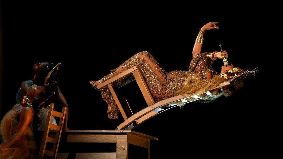 Beyoncé uppträder på Grammygalan.