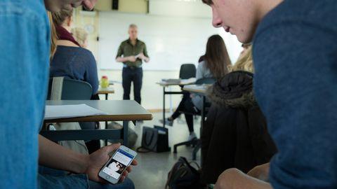 På en del skolor ska eleverna lämna in sina mobiltelefoner inför provtillfället, men det finns de som har med en extra.