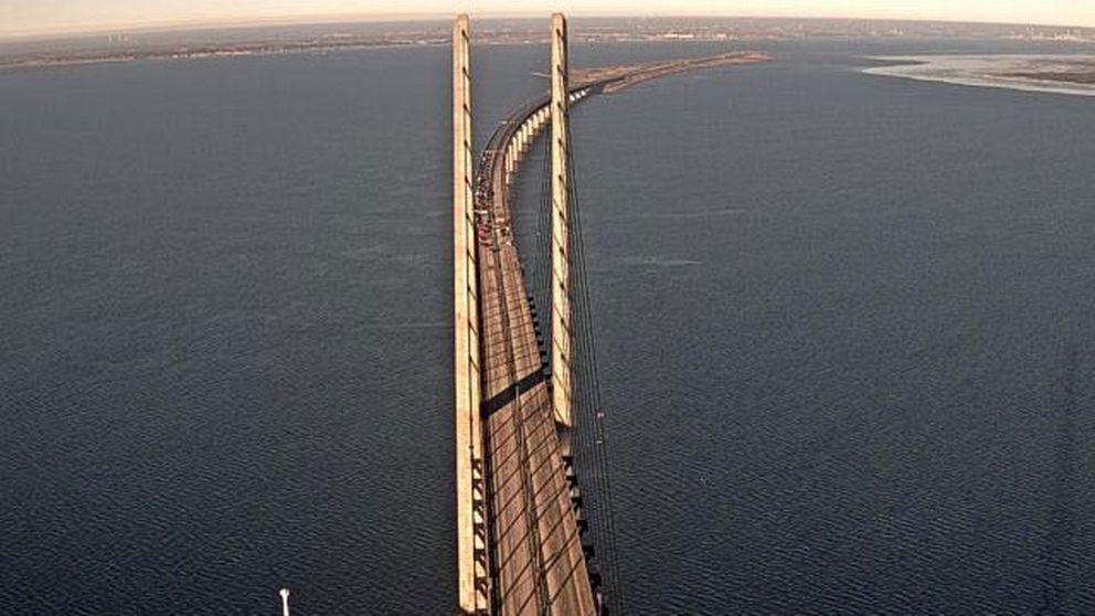Öresundsbrons egna webbkameror visar hur trafiken står stilla efter olyckan.