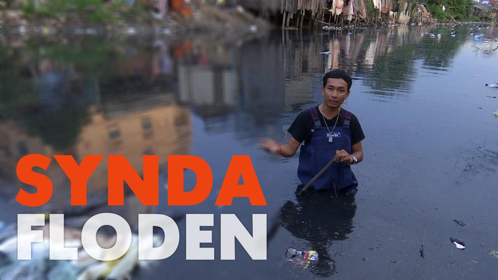 Här står aktivisten Sun Mala mitt i den förorenade floden i Kambodjas huvudstad Phnom Penh.