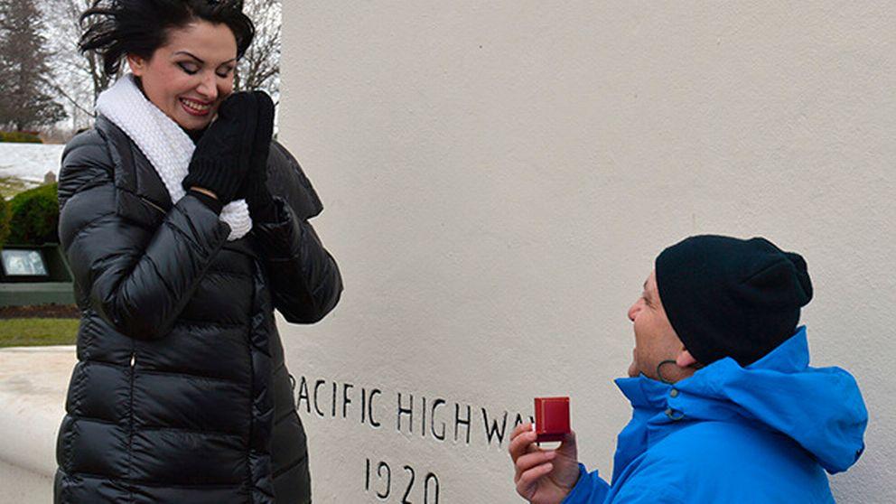 Nader från Göteborg går ner på knä och friar till en lycklig Donya vid fredsmonumentet vid gränsen mellan USA och Kanada.