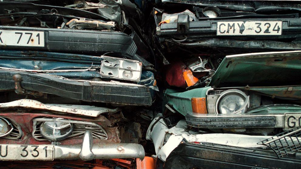 Skrotade bilar med registreringsnumren synliga.