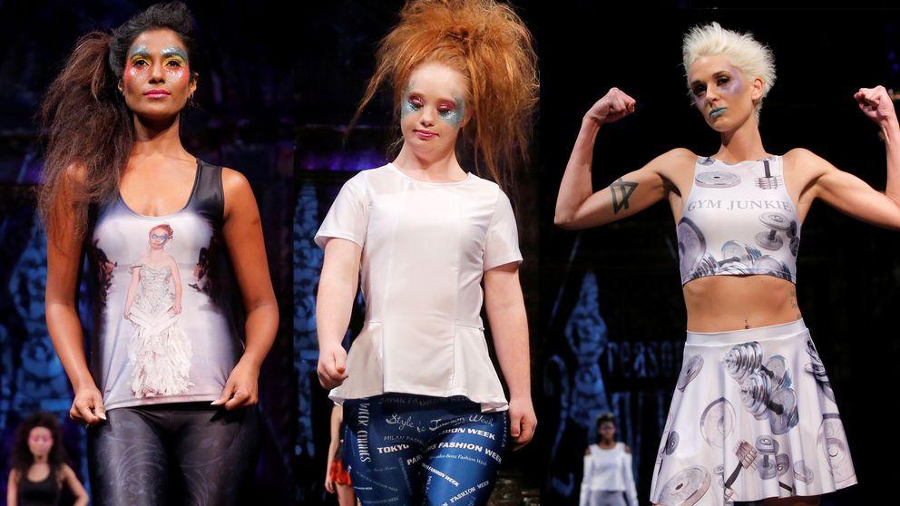Madeline Stuart (mitten) och modeller ur hennes modevisning på New York Fashion Week.