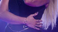 Krista Siegfrids smyckade hand.