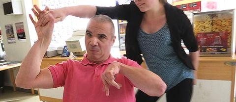 Man i rullstol dansar med kvinna