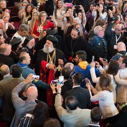 Stort intresse när patriark Mor Ignatius Aphrem besökte Södertälje i maj 2015.