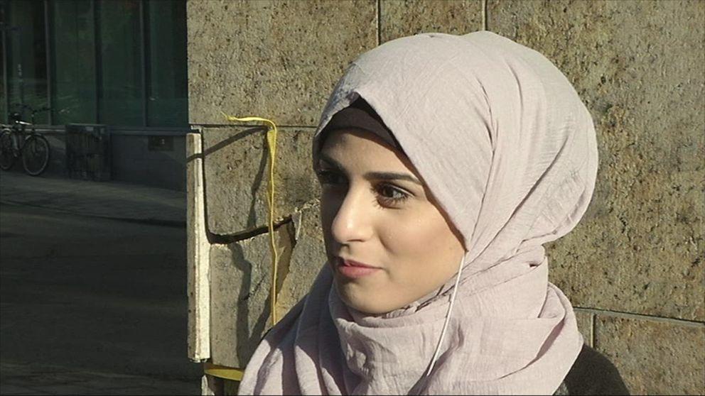 Kvinna som bär slöja utanför moské: Jag är inte förtryckt.