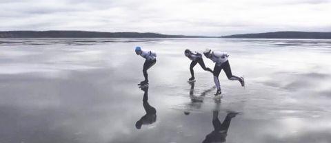 Tre skridskoåkare på isen.