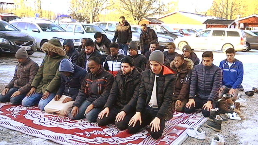 Ibland tvingas de troende att be utomhus för att man inte får plats inne i moskén.